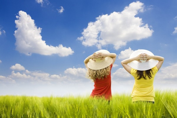 Niñas con sombrero en el campo de trigo