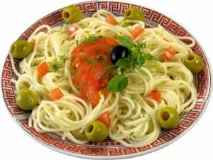Pasta con aceitunas y tomate