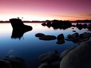 Sereno atardecer en el lago