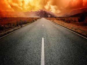 Postal: Cielo rojizo sobre la carretera