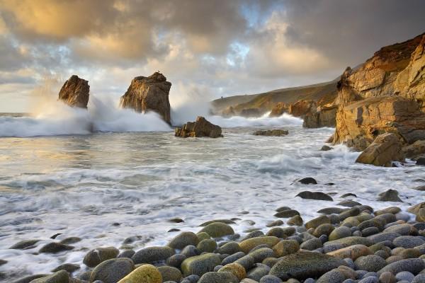 La fuerza del mar y dos grandes rocas