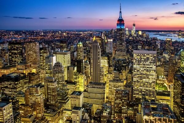Gran ciudad iluminada al anochecer