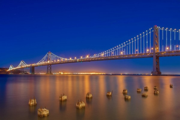 Un largo puente al anochecer