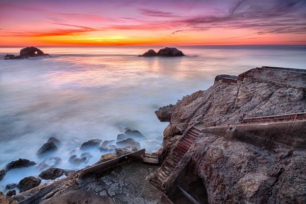 Escaleras en la roca con vistas al mar
