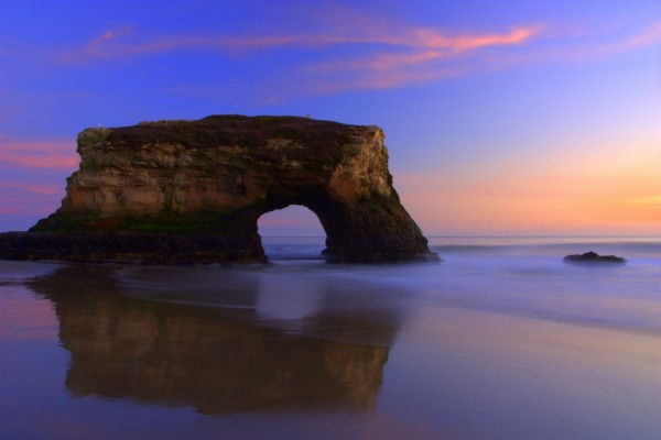 Puente natural en una playa de Santa Cruz (California)