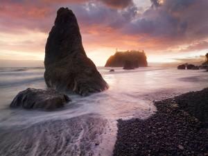 Playa con varias formaciones rocosas
