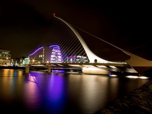 Noche en el puente Samuel Beckett (Dublín)