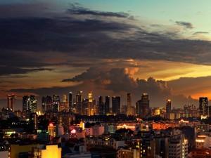 Postal: Cae la noche en la ciudad