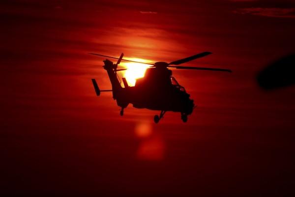 Helicóptero en el aire al atardecer