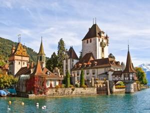 Espectacular castillo a orillas del lago