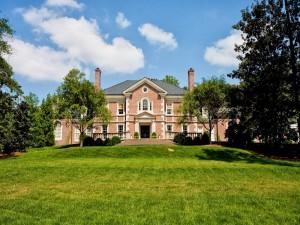 Postal: Residencia con jardines y árboles