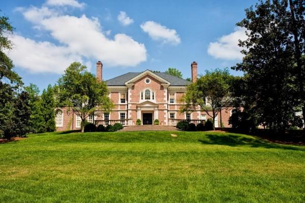 Residencia con jardines y árboles