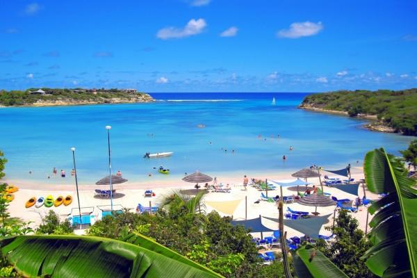 Playa tropical con arenas blancas