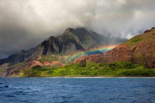 Arcoíris entre las montañas