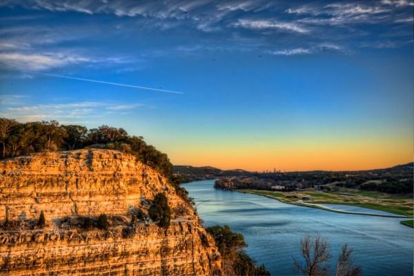 Bonitas vistas del río al atardecer