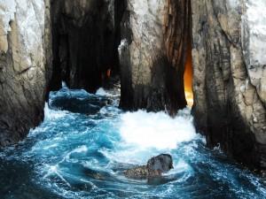 Postal: Cueva entre las rocas del mar