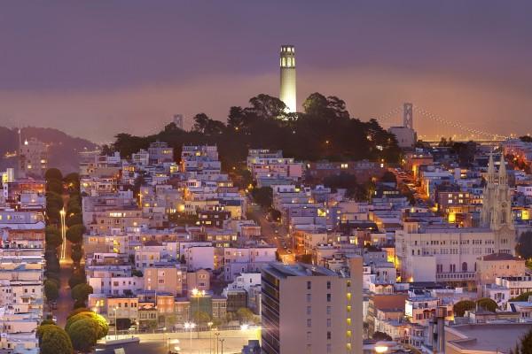 Coit Tower iluminada, en la noche de San Francisco