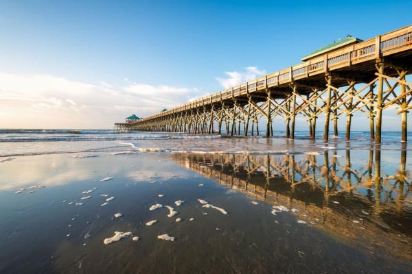 Muelle de madera en la playa