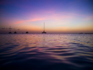 Postal: Barcos en el mar al atardecer