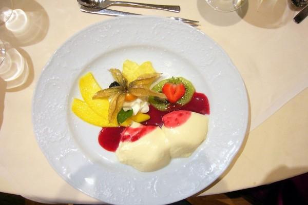 Crema bávara presentada con fruta