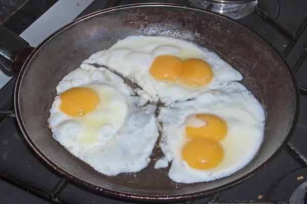 Cinco huevos fritos en una sartén