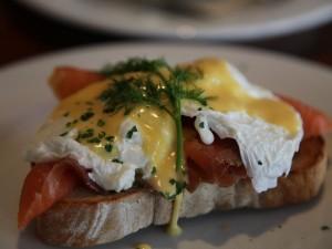 Postal: Huevos Benedict con salmón