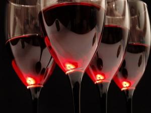Postal: Copas de cristal con vino tinto