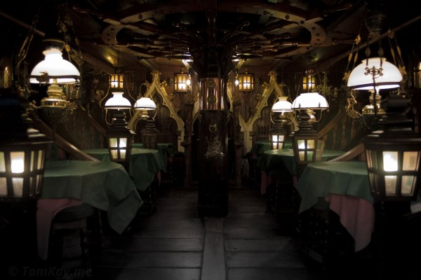 Mesas y lámparas en una habitación