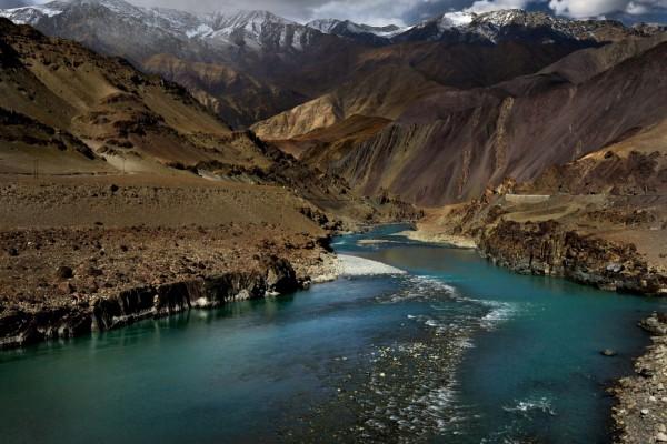 Río entre las montañas