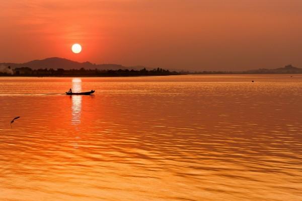 Los rayos del sol se reflejan en el río