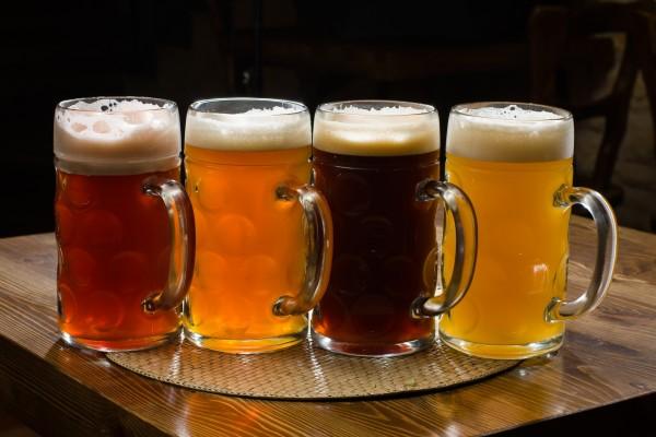 Jarras con diferentes tipos de cerveza