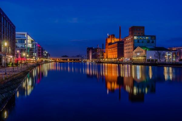 Vista nocturna de Duisburgo, puerto interior, en la hora azul