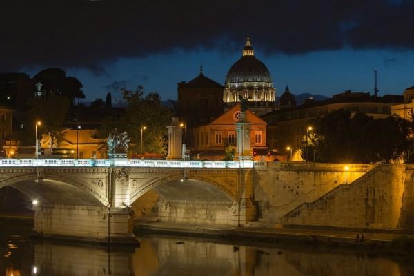 Vista nocturna: Puente Sant'Angelo, río Tíber y la Basílica de San Pedro (Roma, Italia)