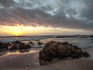 El sol desapareciendo en el mar