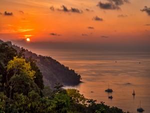 Postal: Admirando la puesta de sol y el mar