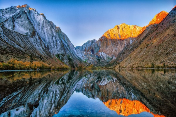 Grandes montañas junto a un lago