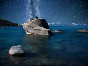 Gran roca bajo las estrellas