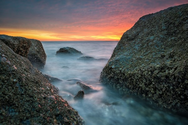Entre las rocas contemplando el mar y el cielo