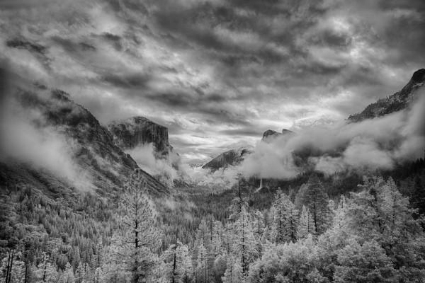 Paisaje de montaña en blanco y negro