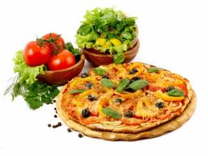 Pizza y cuencos con verduras