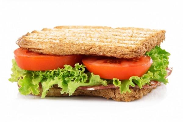 Sándwich con rodajas de tomate