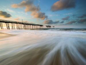 El muelle de la playa destruido