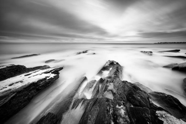 Mar y rocas en blanco y negro