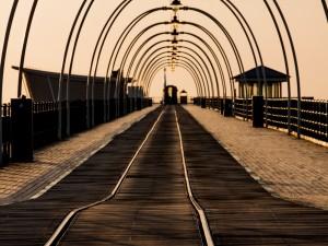 Postal: Paseo por el muelle solitario