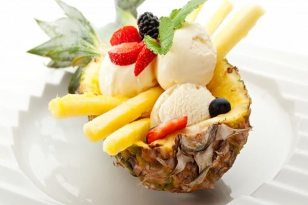 Ananá relleno con fresas y helado