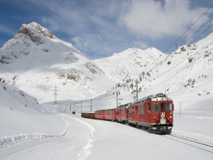 Tren rojo en la nieve
