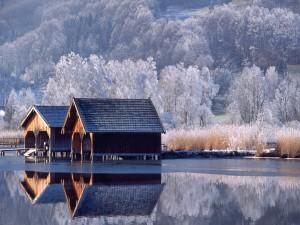 Casetas de madera, en el frío lago