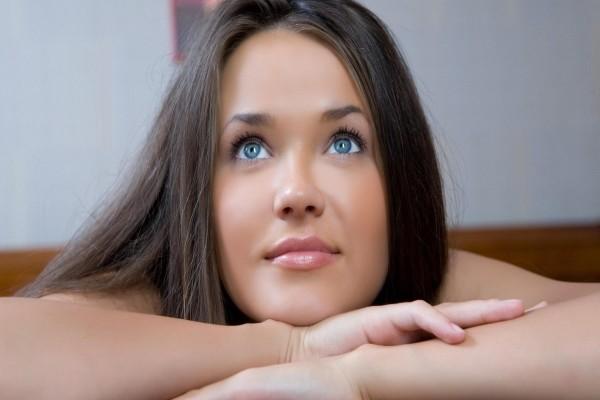 Hermosa mujer con ojos azules