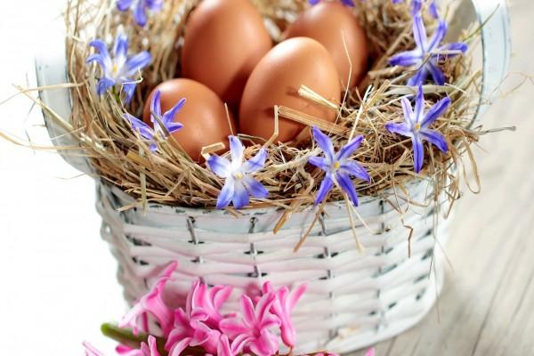 Cesta con huevos y flores para Pascua