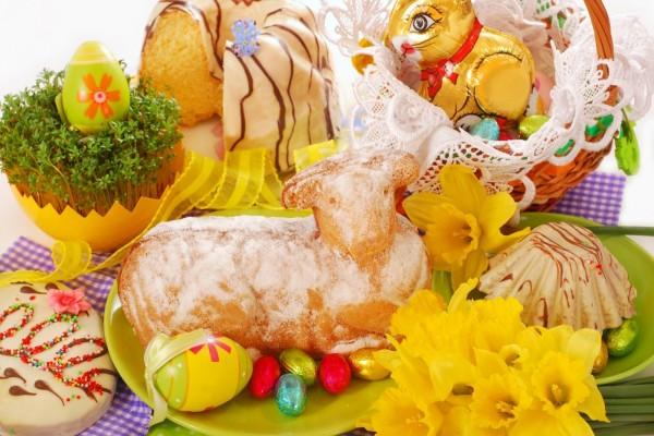 Mesa preparada para festejar, el Día de Pascua